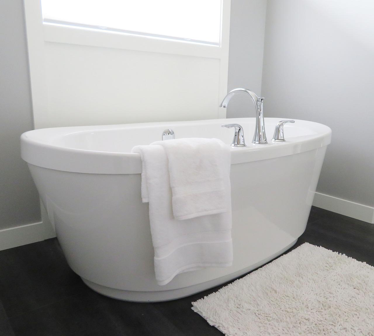 風呂場掃除|浴室のドア・鏡・浴槽の水垢におすすめ!掃除方法の基本