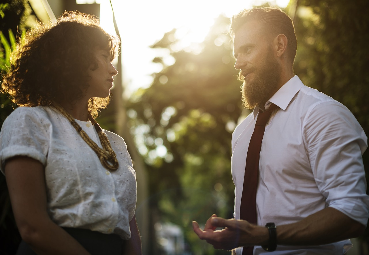 職場の男性からボディタッチ…意味とは?やめてほしい時の対処法は?