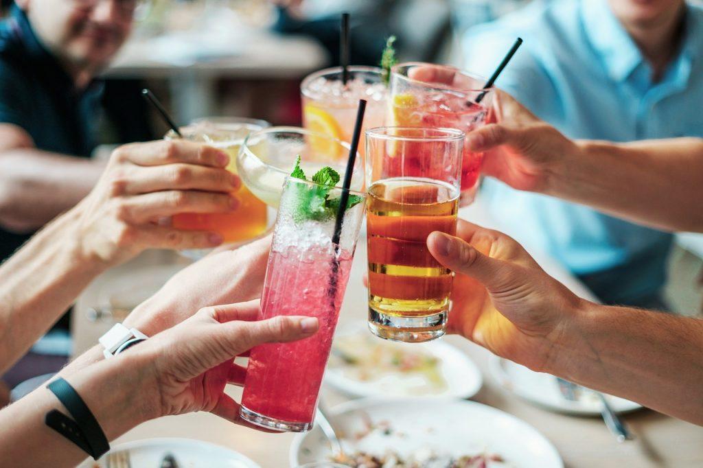 職場での飲み会で好きな人との距離を縮めるには