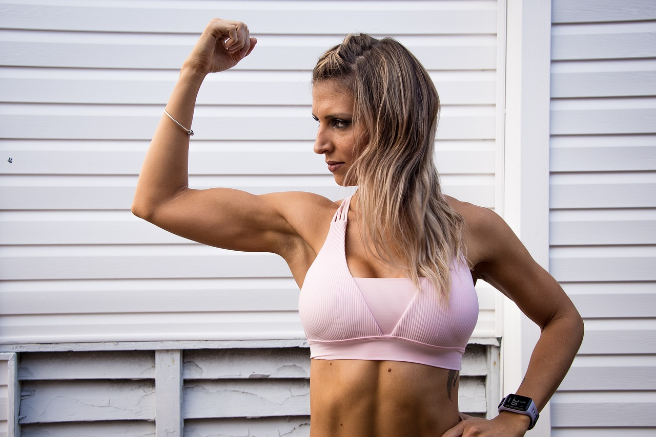 二の腕の筋肉をつけるトレーニングを紹介!二の腕のたるみも解消