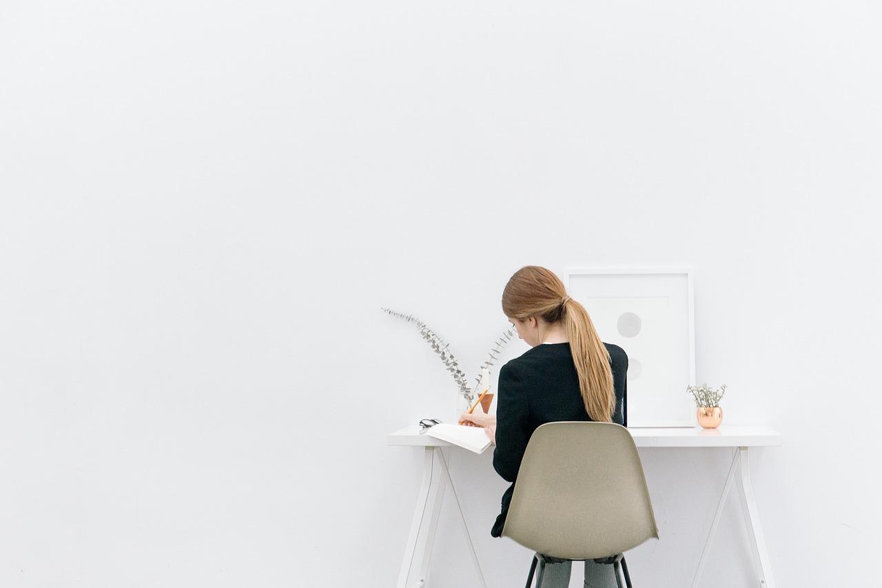 職場の仕事着…あると便利?女性は「制服派・私服派」どっちが多い?