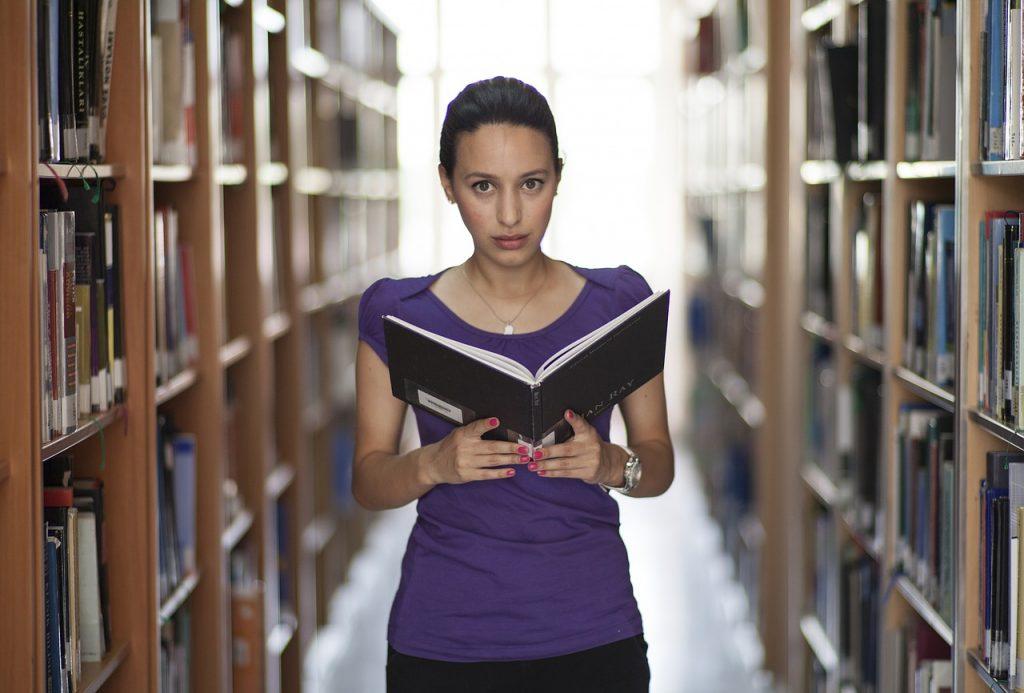 【文学部の就職事情】女性の多い文学部。就職には不利なの?