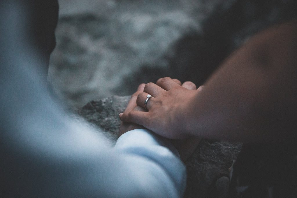 既婚者から手を繋ぐ心理って?男性既婚者の下心に要注意!