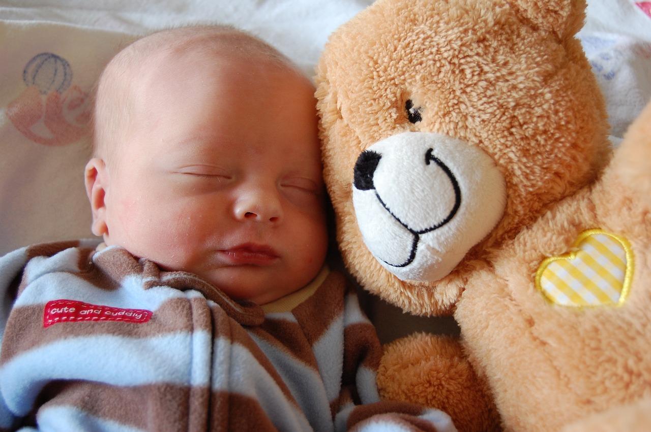 赤ちゃんとベッドで添い寝したい!ポイントや注意点について