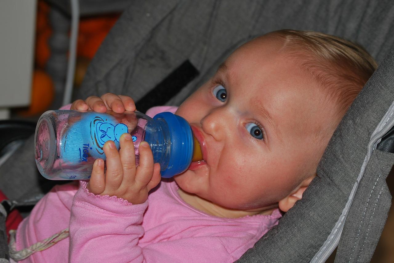 母乳・ミルク・白湯、どれがいいの?!6ヶ月赤ちゃんの水分補給に迷う