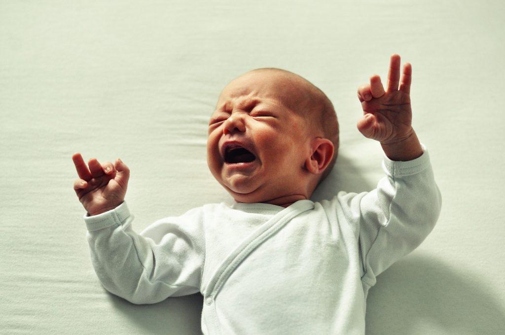赤ちゃんがベッドから落下した時の正しい対処法と注意点!