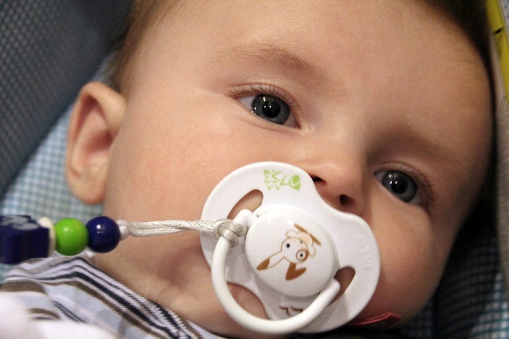赤ちゃんの目が赤い。充血の原因は病気?