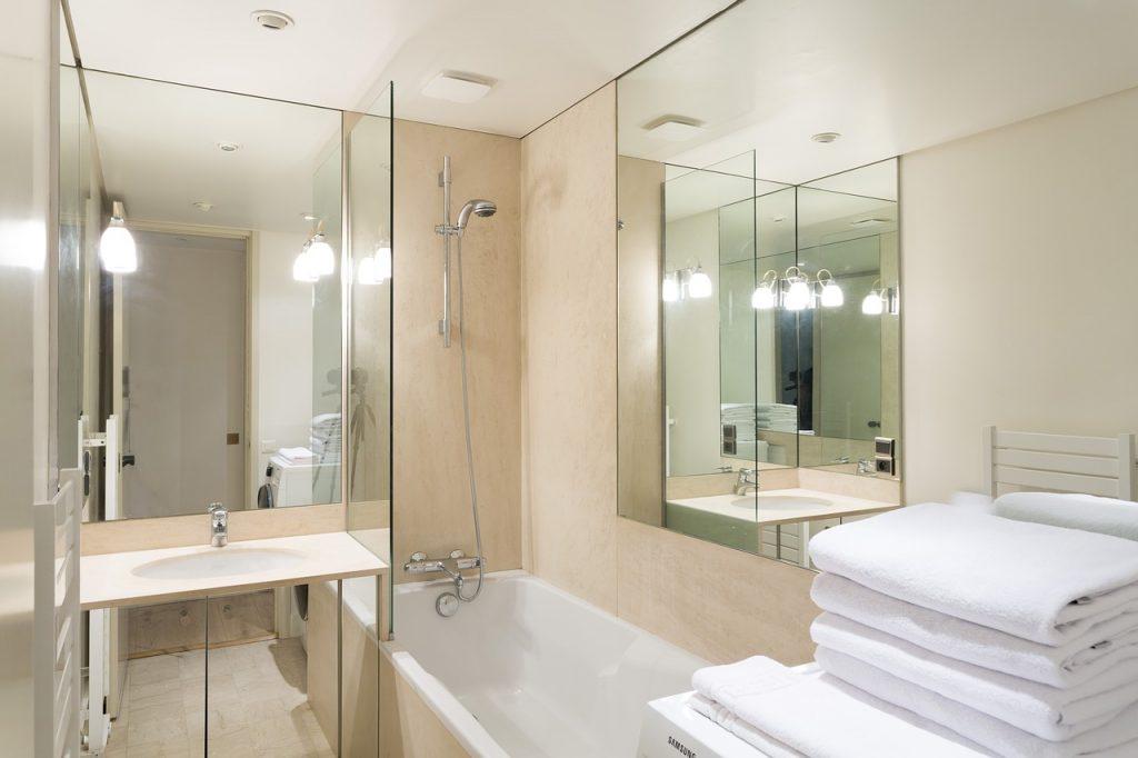 お風呂場の鏡を掃除しよう☆頑固な水垢落とすにはどうする?