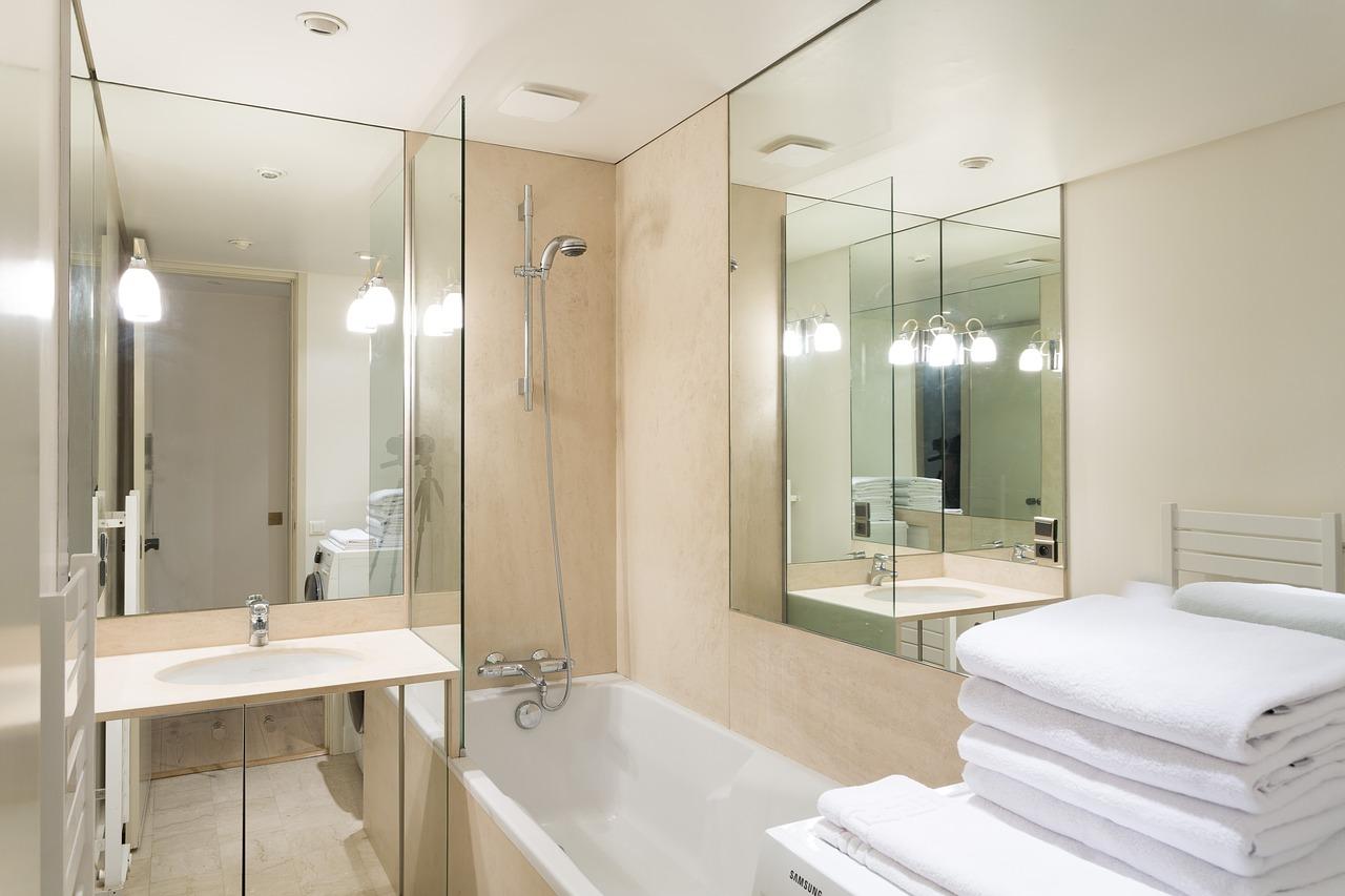 風呂場の鏡【うろこ状の汚れ掃除】頑固な水垢…きれいに落とす対処法
