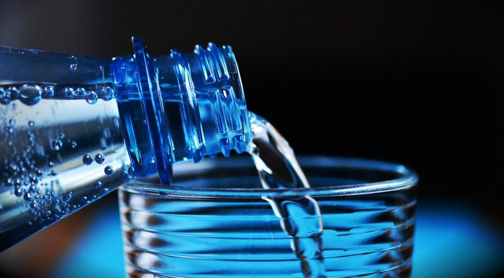 食事中に摂る水は太る原因に!?上手に摂取する方法とは…