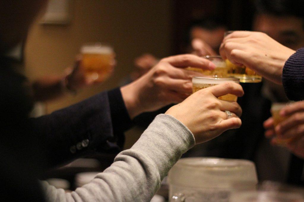 男性が飲み会で手を握る行為に隠された心理