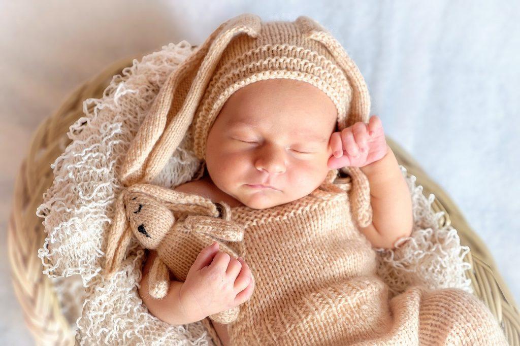 新生児の目に内出血が!分娩の圧迫が原因の内出血かも