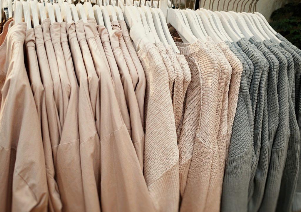 レーヨンやナイロン素材の衣類。毛玉ができやすいのはどっち?