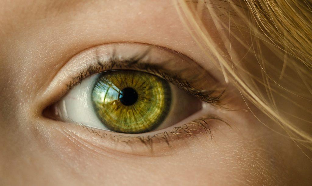 どうしても目を大きく見せたい!効果的な方法は?