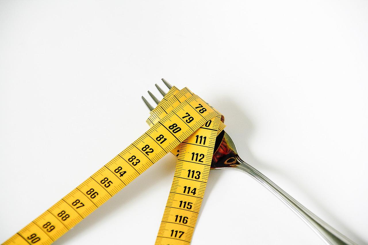 ダイエット中の食事、夜は食べたら太る?