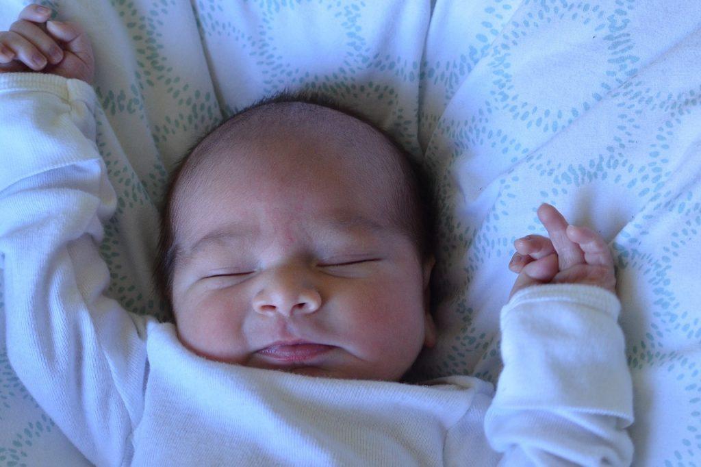 新生児が寝る時に「もがく」には理由があった!原因と対処法
