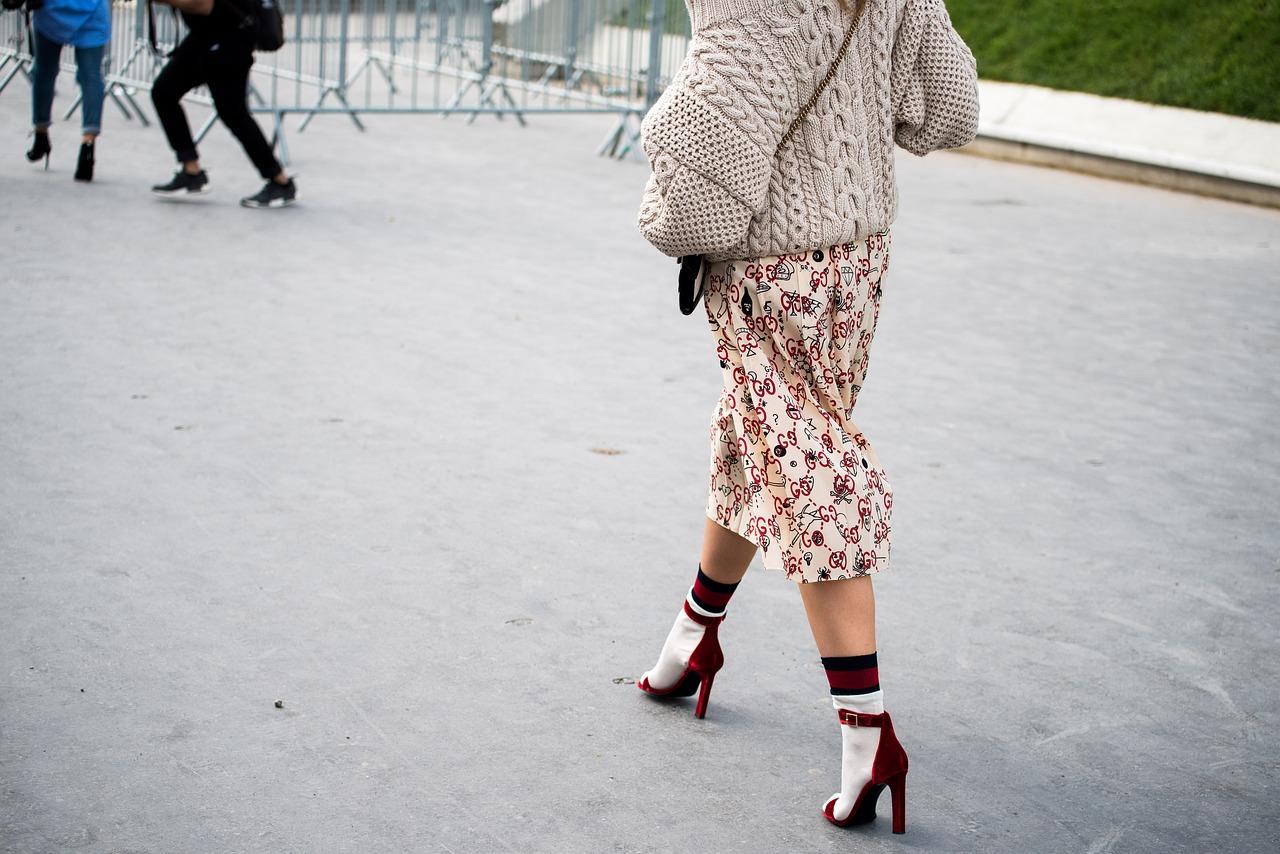 パンプスを冬に履く時、オシャレに靴下コーデでまとめる方法♪