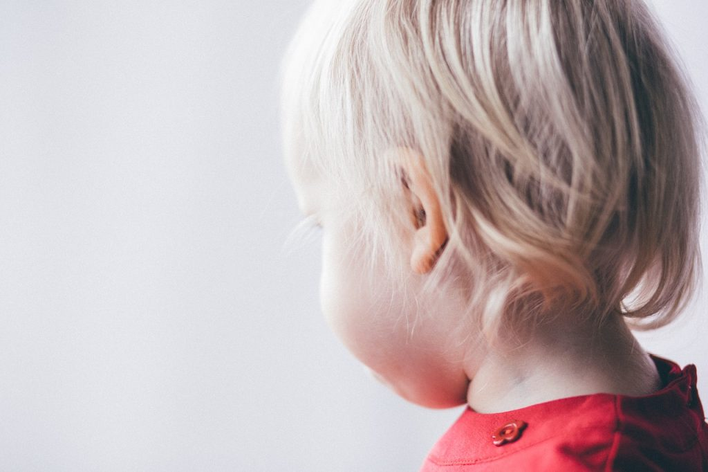 子供の耳垢はピンセットがオススメ!耳掃除のコツと注意点