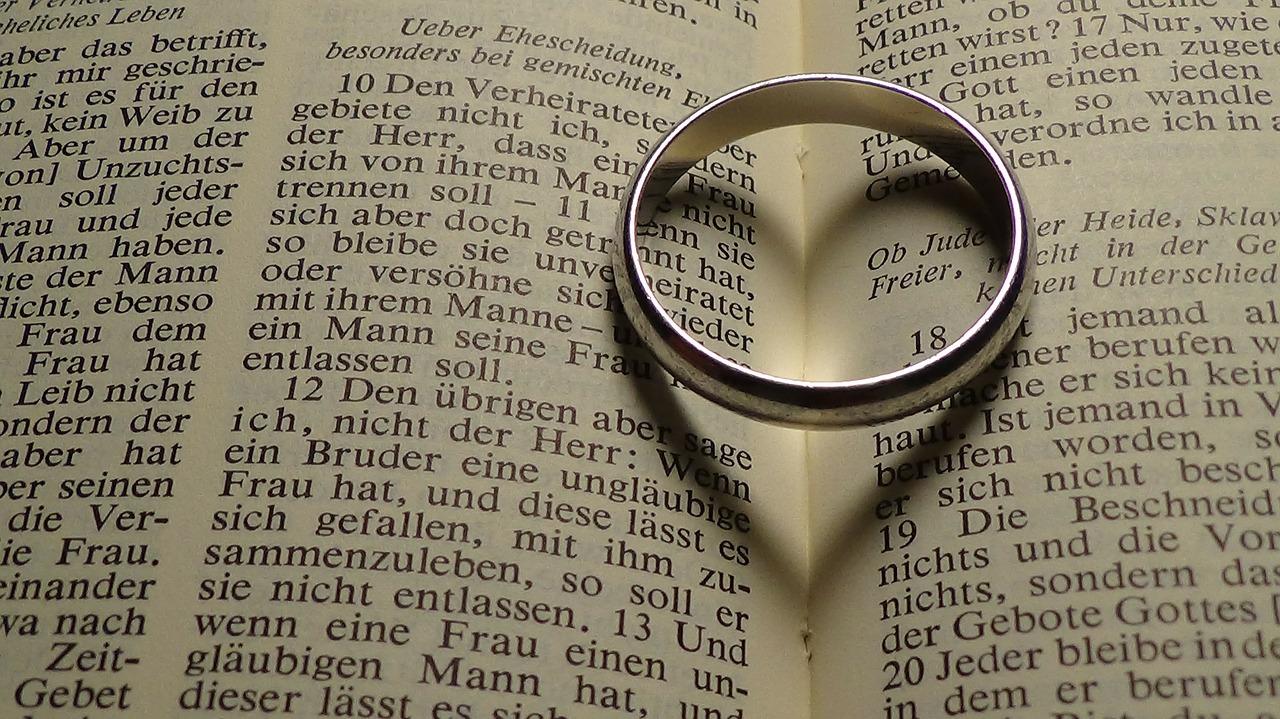 男性が指輪するのはどんな意味が?両手のそれぞれの意味を紹介!