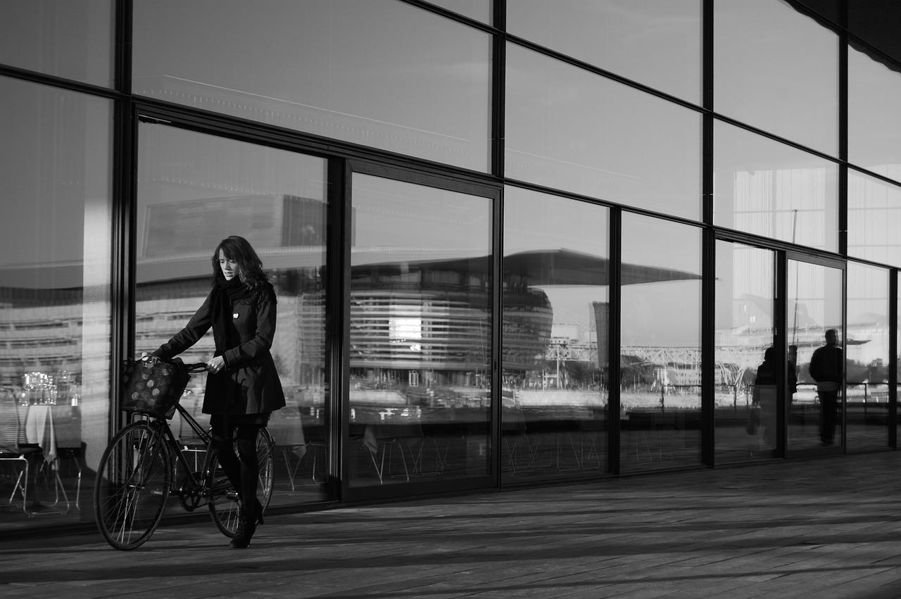 女性の職場の人間関係|社内での孤立原因!辛い仕事…退職の決断は?
