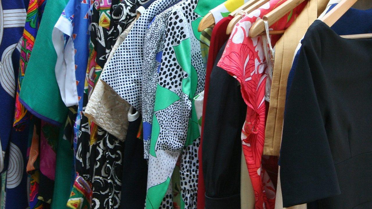 レーヨンやナイロン素材の洋服とは…。夏に向いている素材は何?