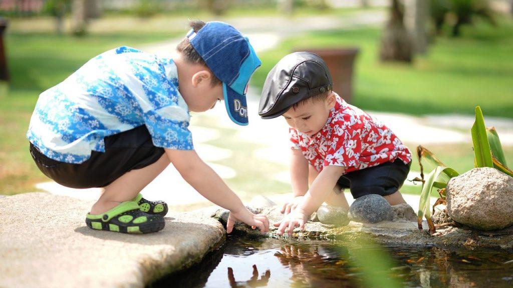 庭で子供が遊ぶような家